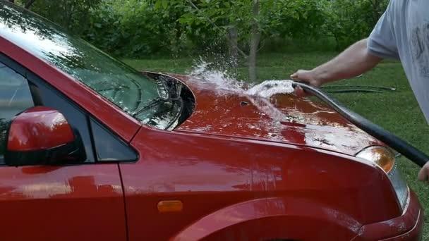 červené auto mytí rukou