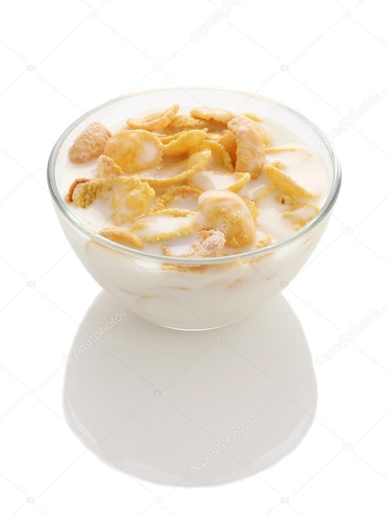 cornflakes in eine glassch ssel mit joghurt auf wei em hintergrund stockfoto syomao2 47043757. Black Bedroom Furniture Sets. Home Design Ideas