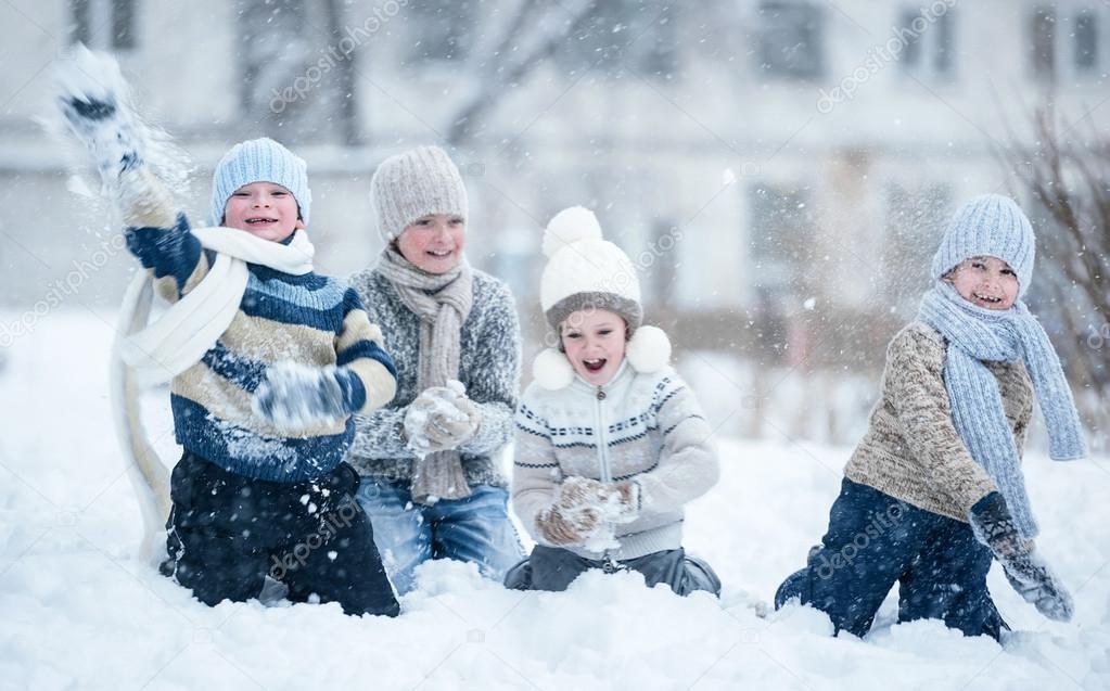 Ninos Jugando En La Nieve En Un Dia De Invierno Fotos De Stock
