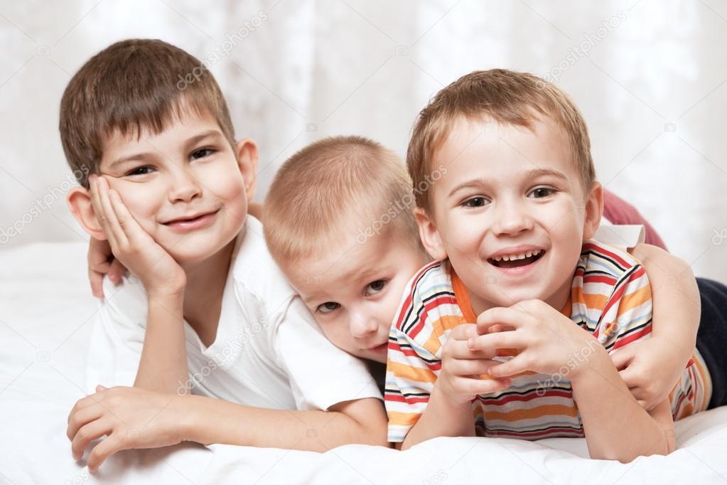 Tres chicos en la cama