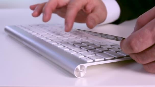 Geschäftsmann mit Kreditkarte online
