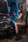 Fotografie Mädchen im Auto-Reparaturwerkstatt