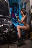 Fotografie sexy Mädchen in Dessous-Autoreparaturen