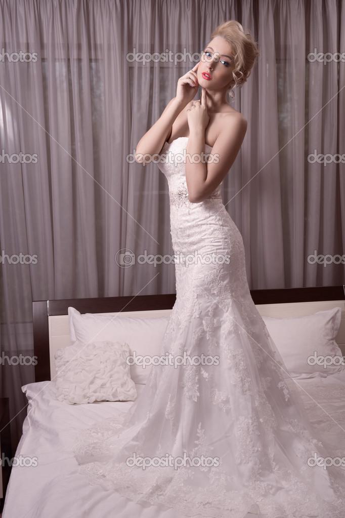 Mädchen versucht, auf ein Brautkleid — Stockfoto © kopitin #50141923