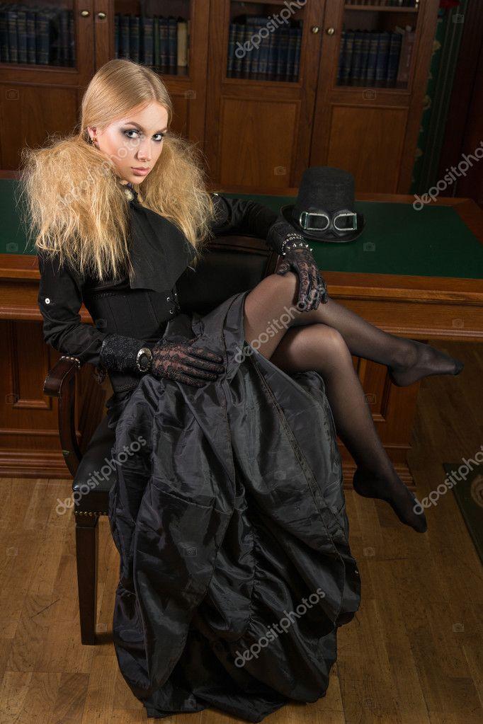 1742f957994 Αναδρομικό ύφος κορίτσι σέξι δίπλα από τη βιβλιοθήκη, γοτθική– εικόνα  αρχείου