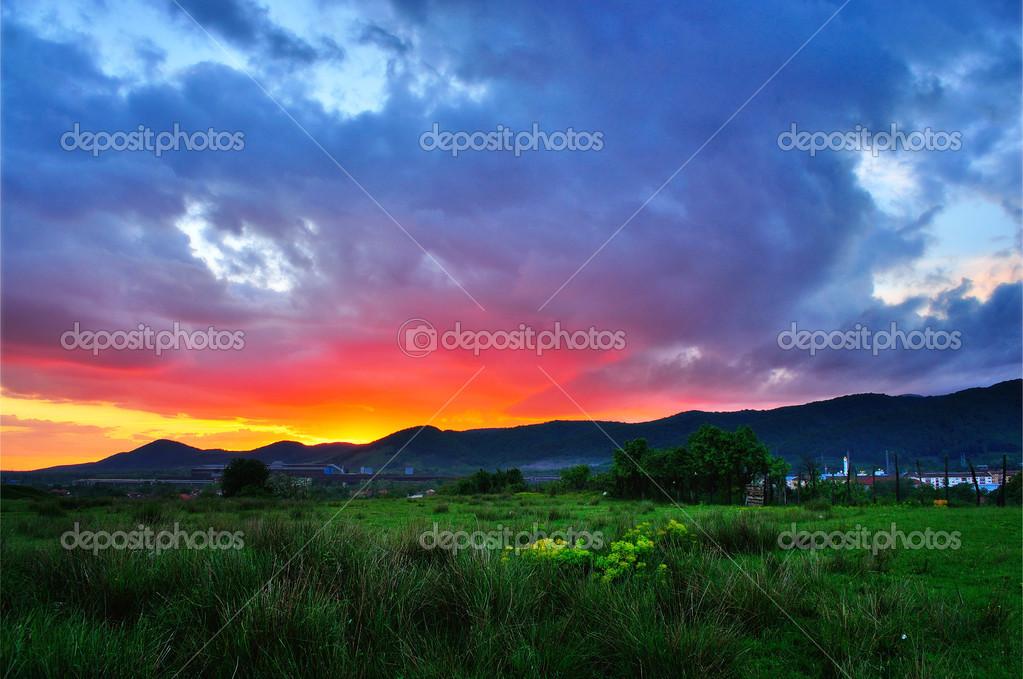 Atardecer De Verano Colorido Justo Después De Un Día Lluvioso Sol