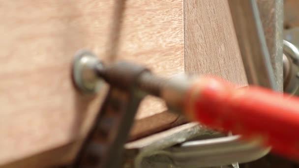 Bar svorku na dřevo, detail