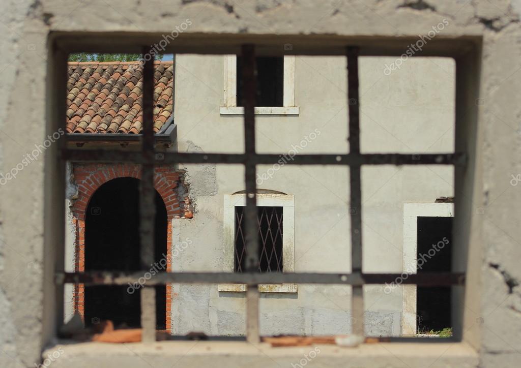 Fenster mit Metall-Stangen-Rahmung ein Abandon-Bauernhaus ...