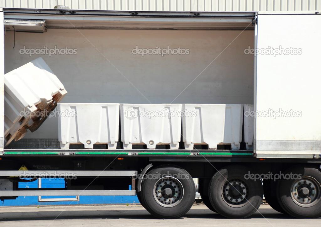 Boîtes de rangement dans un camion de poisson — Photographie chrisrt © #51418381