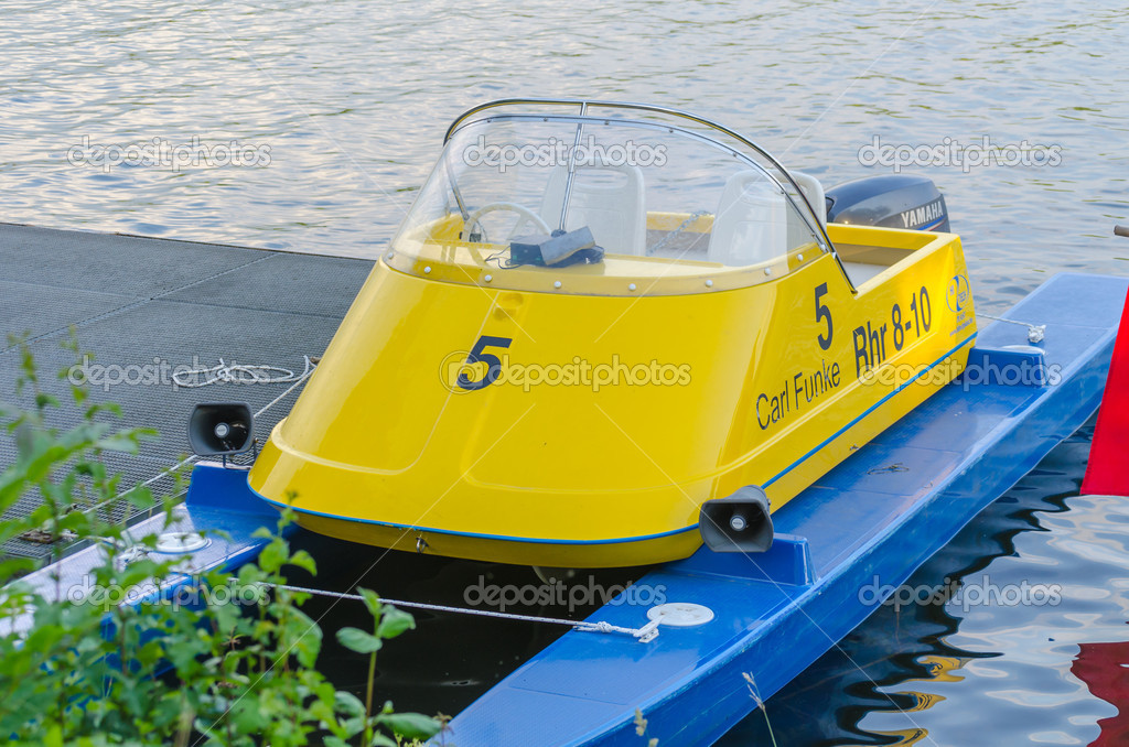 bateau moteur de petit catamaran photo ditoriale nikd51 50977371. Black Bedroom Furniture Sets. Home Design Ideas