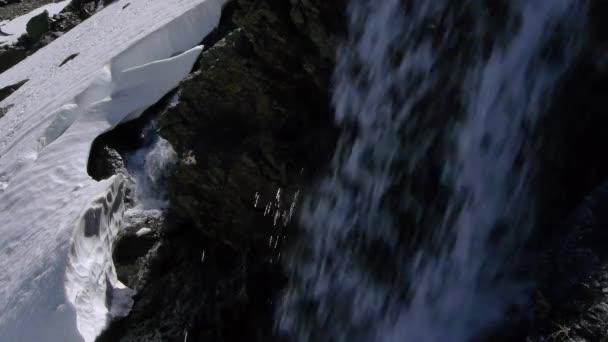 řeka v tání