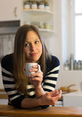 žena má čerstvou kávu ráno s východem slunce doma