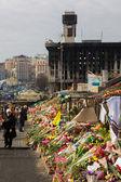 Kyjev, Ukrajina - 7 března 2014. Ukrajinská revoluce, euromaidan. dny národního smutku pro zabil obránci euromaidan. květiny a osvětlené svítilny na barikády obránci euromaidan
