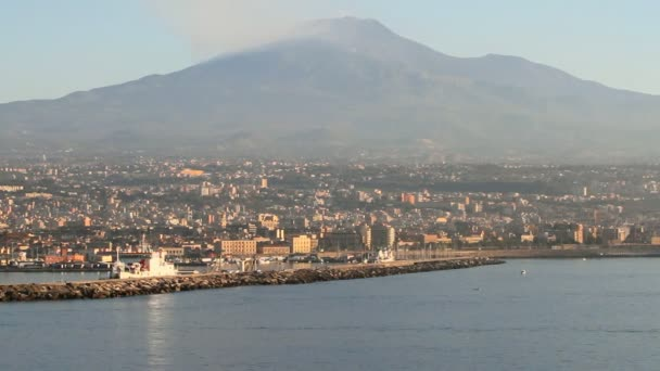 Città e vulcano. Etna, Catania, Sicilia, Italia