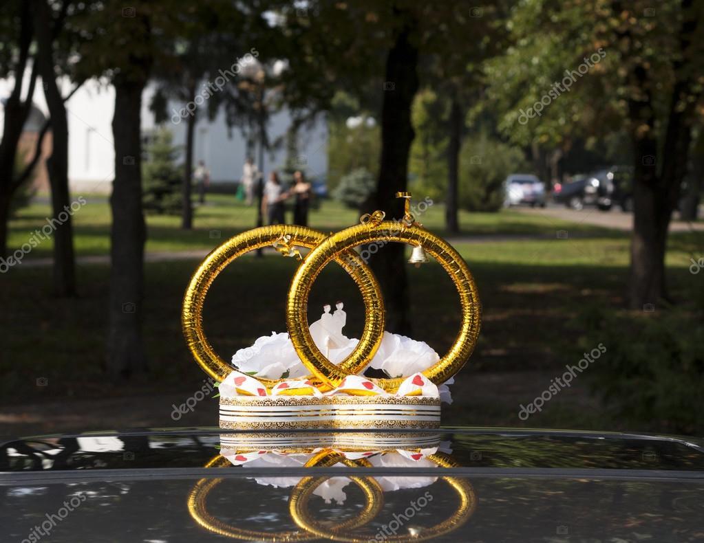 Svatebni Auto Dekorace S Kvetinami A Krouzky Stock Fotografie