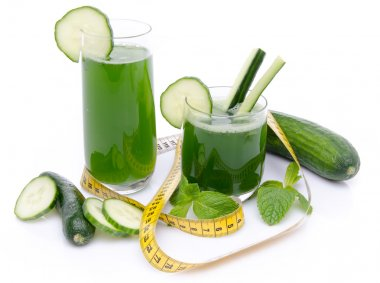 Composition with cucumber juice, fresh cucumbers and a tape meas
