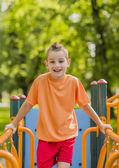 Fotografie ein Kind auf einem Spielplatz im Freien