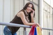 nő a bevásárló szatyrok-a telefon