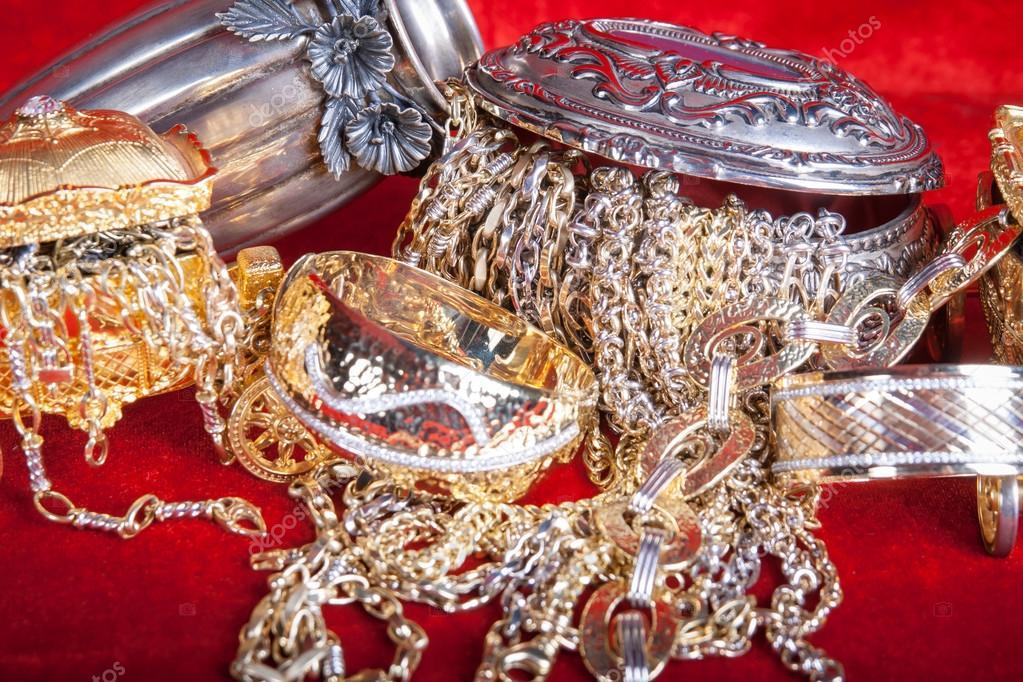 Μικτή χρυσά και ασημένια κοσμήματα. Μπαούλο θησαυρού — Φωτογραφία Αρχείου 021ed319029