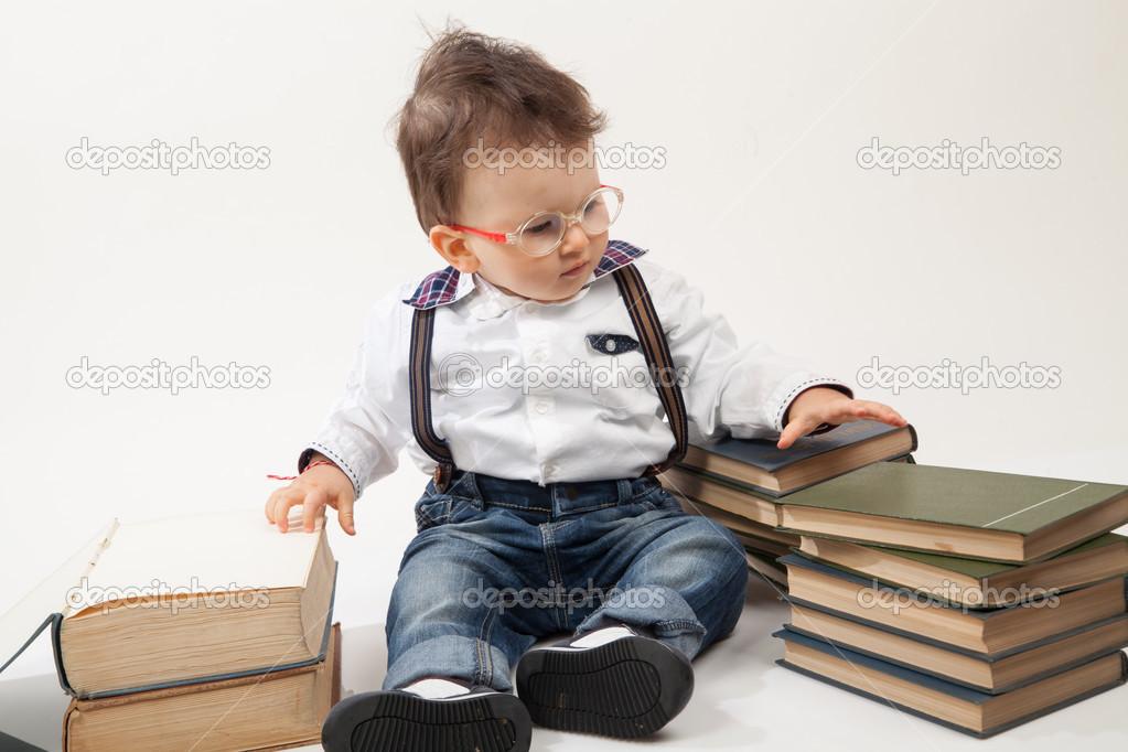 91b0db8254 Chico lindo bebé con anteojos mirando un libro - mirar a los bebes con  anteojos — Foto de ...