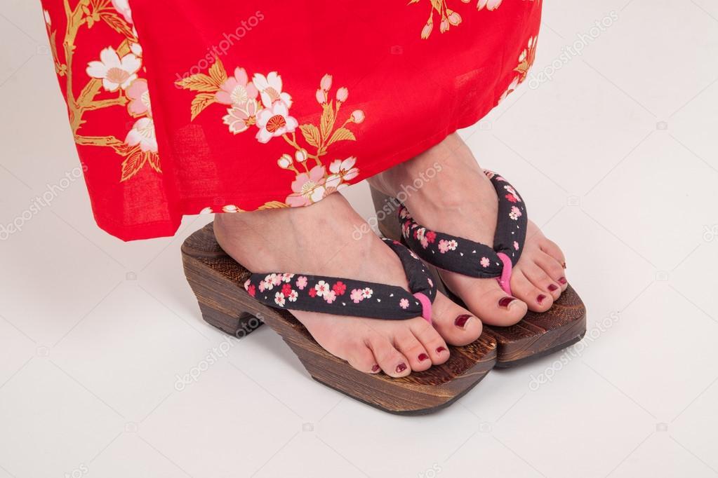 ноги жінки в японське кімоно стилі. Гета 45593b41fc253