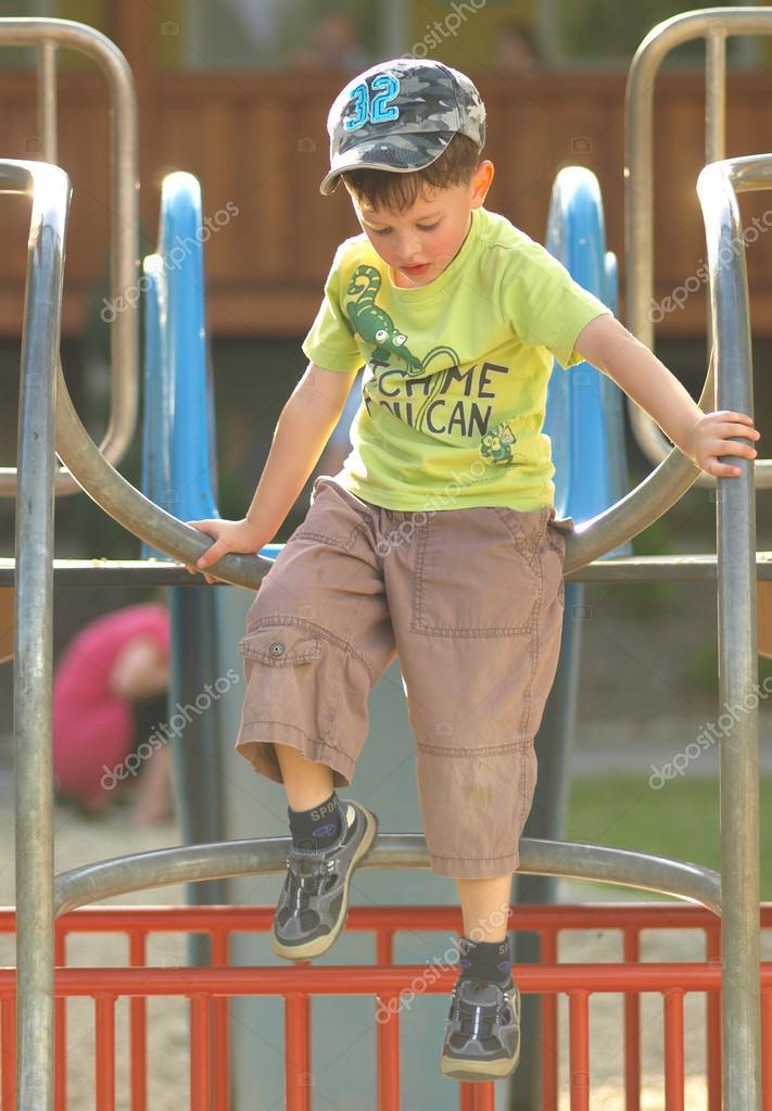 Niño en marco en el parque infantil de escalada — Fotos de Stock ...