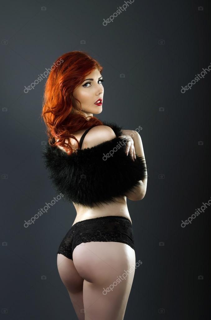 Mujer hermosa pelirroja posando en ropa interior sexy — Foto de Stock