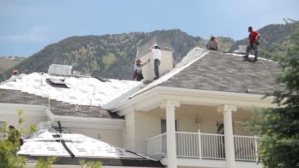 široký záběr mužů znovu zastřešení domů