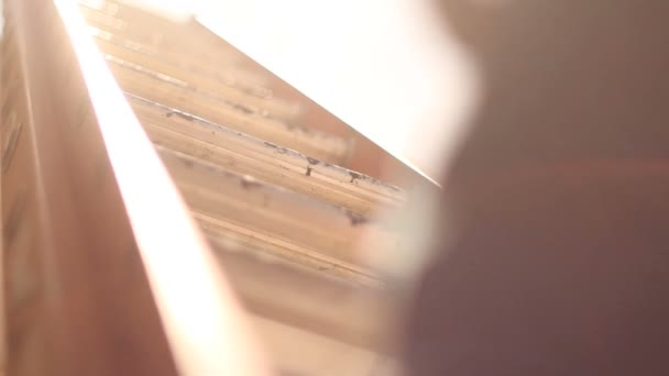 muž šplhací žebřík na cestě do nového domova střechy