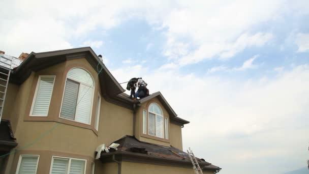 široký záběr na lidi zastřešení domů.