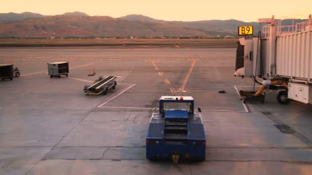 üres kapu alatt napkelte repülőtéren.