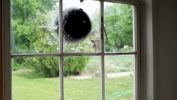 bowling míč přes okno super slow motion.