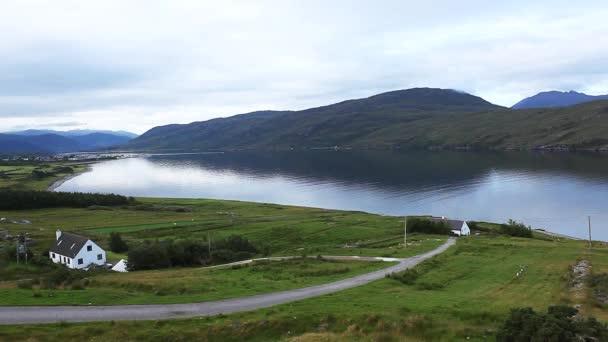 klidný pohled města ullapool na západním pobřeží Skotska