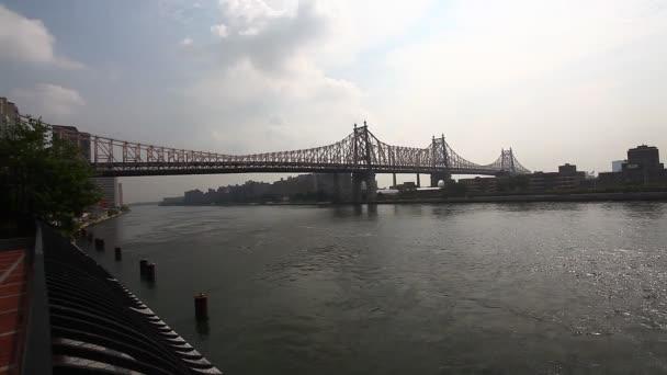 queensboro bridge v Manhattanu s vrtulníkem v dálce