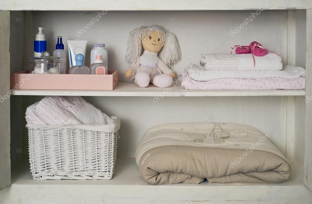Baby meisjes kast met handdoeken dekens u stockfoto diplomedia