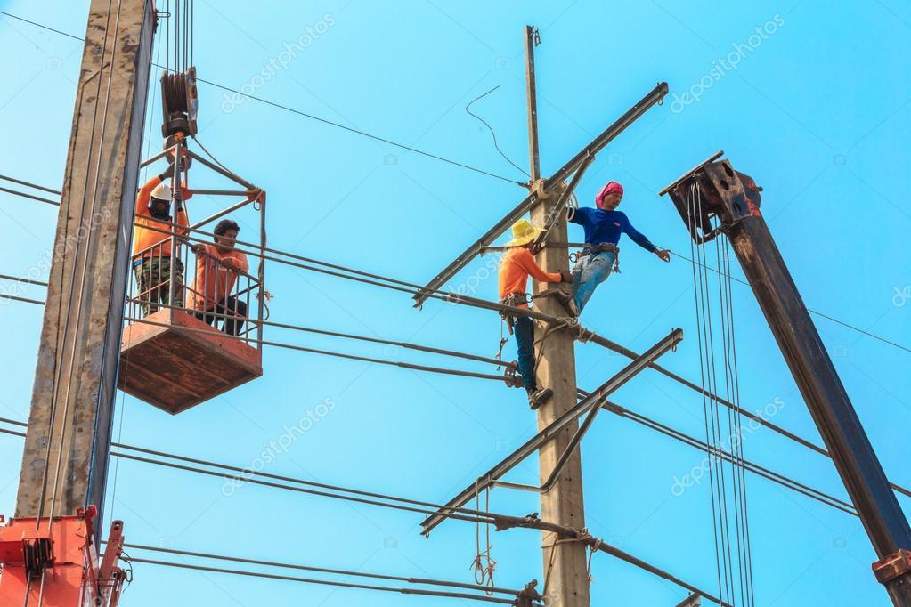 Elektriker installieren hohe angetriebene elektrische Kabel ...