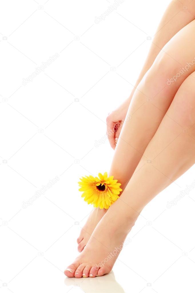schöne Beine und Füße mit Blume — Stockfoto © Lenets_Tatsiana #41179199