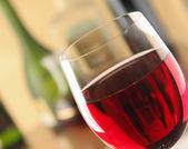 bicchiere di vino rosso e la bottiglia di vino.