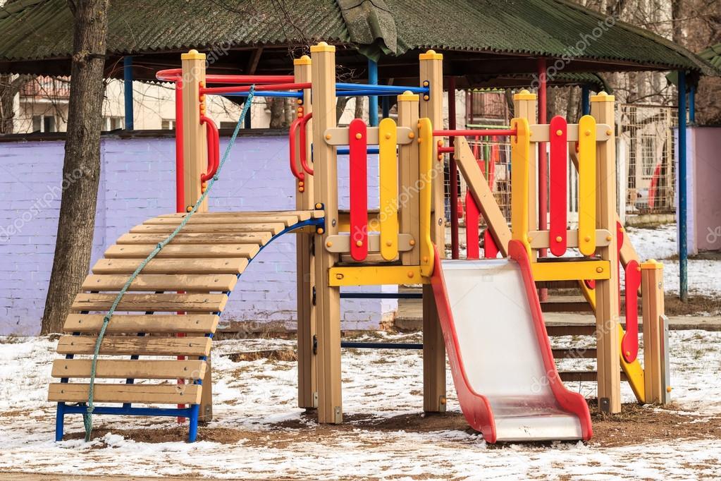 Juegos De Ninos Al Aire Libre De Madera En Invierno Fotos De Stock