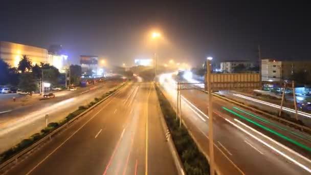 Autobahn mehrspurig befahrbar, Zeitraffer in der Dämmerung