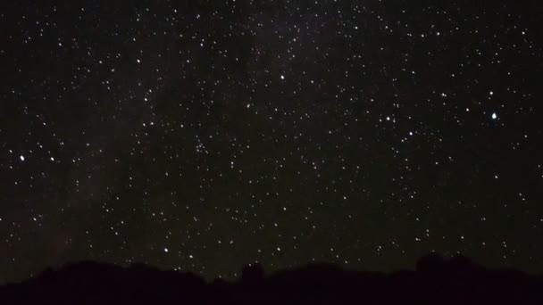 hvězdnou oblohu nad pouštní krajina