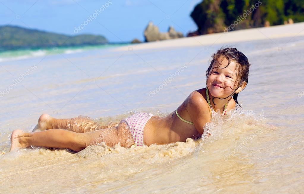 Девчонка купается в море фото 600-391