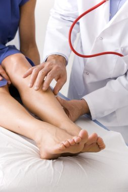 LEG, SYMPTOMATOLOGY IN A WOMAN