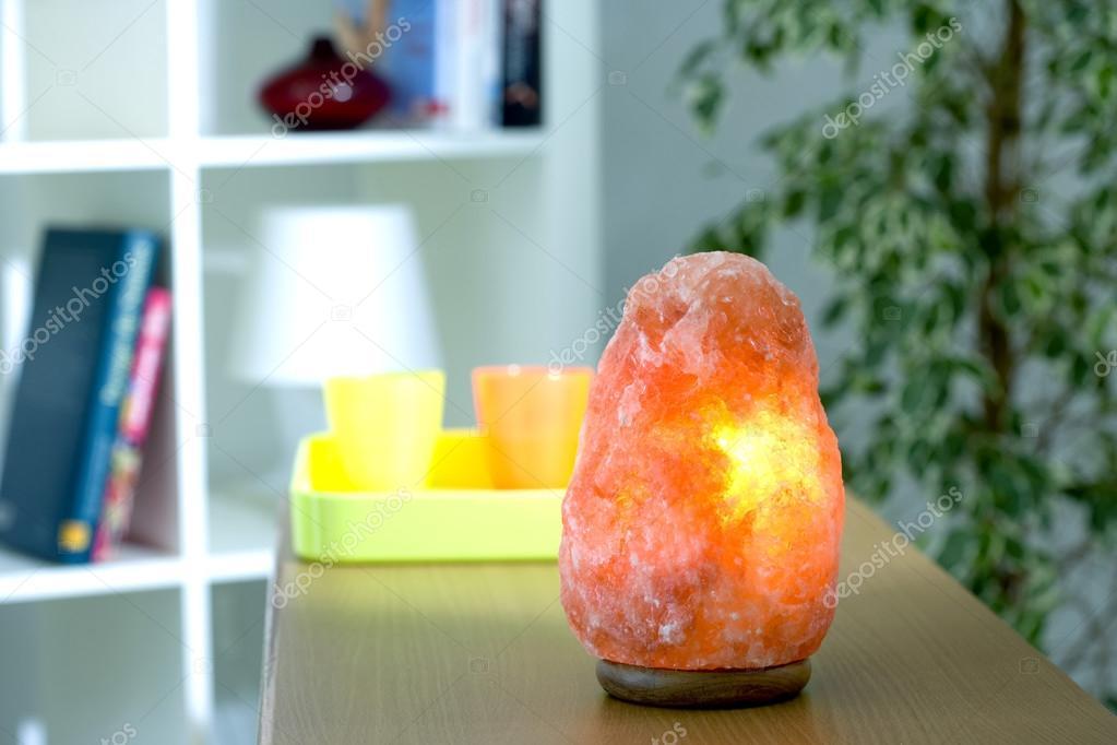 Lampade Cristallo Di Sale : Lampada di cristallo di sale himalayano u foto stock