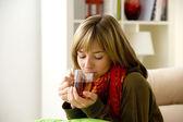 žena s horkým nápojem