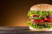 Fotografie domácí hamburger na dřevěný stůl