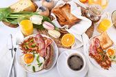 Fényképek hagyományos bőséges amerikai reggelit