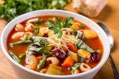 Minestrone polévka s těstovinami, fazolemi a zeleninou