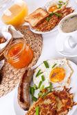 Fényképek két adag hagyományos amerikai reggeli
