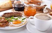 Fényképek hagyományos amerikai reggelit, tojást, szalonnát, a kávé és a hash-bro